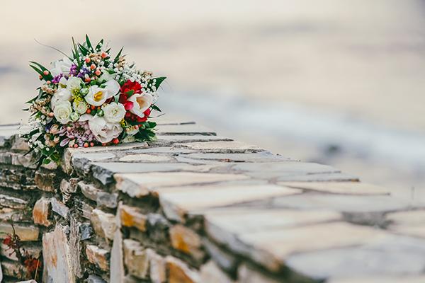 νυφικη-ανθοδεσμη-πολυχρωμα-λουλουδια-1