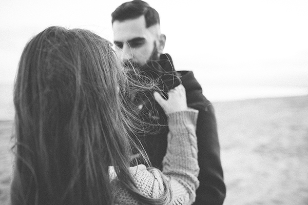 winter-engagement-photoshoot-at-the-beach (2)
