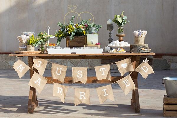 Όμορφη ρουστίκ διακόσμηση γάμου EverAfter