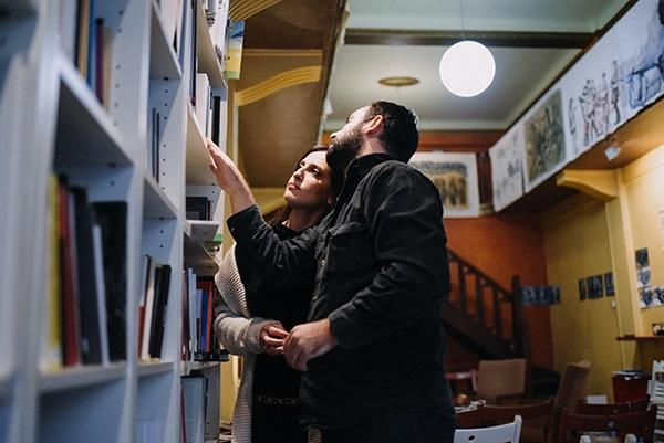 romantic-prewedding-shoot-bookstore_04