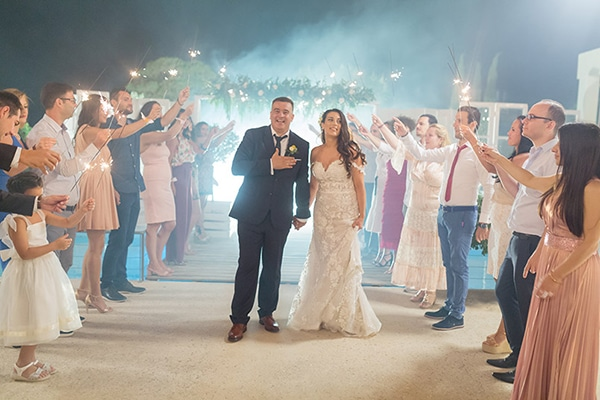 Elegant καλοκαιρινός γάμος στην Κεφαλονιά σε λευκούς και χρυσούς τόνους