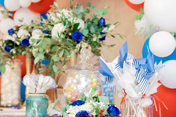 Υπέροχες ιδέες βάπτισης αγοριού με λουλούδια και μοντέρνες λεπτομέρειες σε κόκκινες – μπλε αποχρώσεις