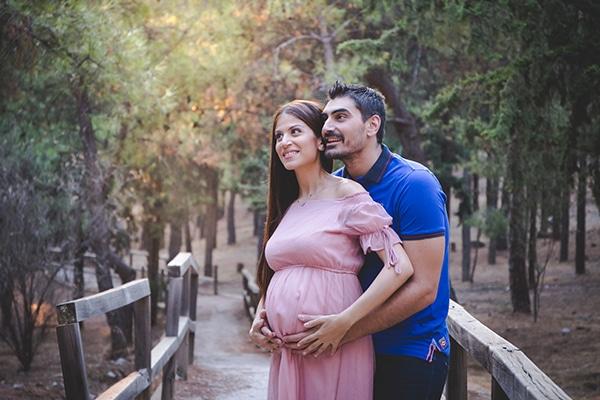 Ρομαντική φωτογράφιση εγκυμοσύνης στο δάσος